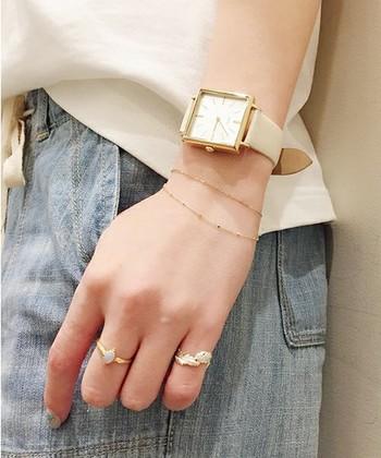 肌に馴染む白のベルトは、優しい手元をつくります。ゴールドの文字盤に同色のアクセサリーを重ねて、女性らしさをプラスして。