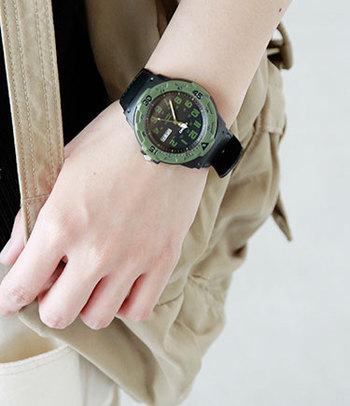 黒とカーキの腕時計は、メンズライクなミリタリー風コーデにぴったりですね。