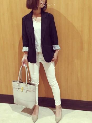 カジュアルな白いパンツもジャケットを羽織ることでほどよくかっちりとしたスタイルに。