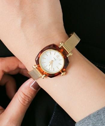 ゴールドのベルト×べっ甲の組み合わせがレトロで新鮮な腕時計です。スカートやワンピースなどエレガントなスタイルに合わせて。