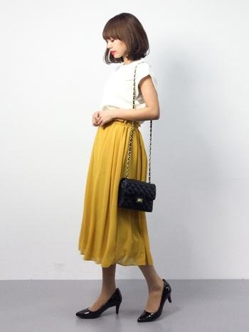 スカートを選ぶ時は、できるだけひざより長い物をチョイスします。短いスカートだと、椅子に座った時に足が気になりますね。特に学校の教室や園での懇談は、子供用の小さな椅子に座ることもあるので、長めの丈のものが安心ですよ。きれい色のスカートも素敵です。