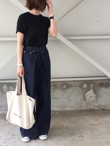 黒のTシャツにネイビーのワイドパンツを合わせたシンプルなスタイリングに、腕時計の黒ベルトが効いていますね。