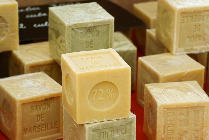 多種多様なオイルや香りを組み合わせて作られている天然石鹼の世界。いかがでしたか。バスタイムが楽しくなるようなお気に入りの石鹸を見つけて、心地よい夏をお過ごしください。