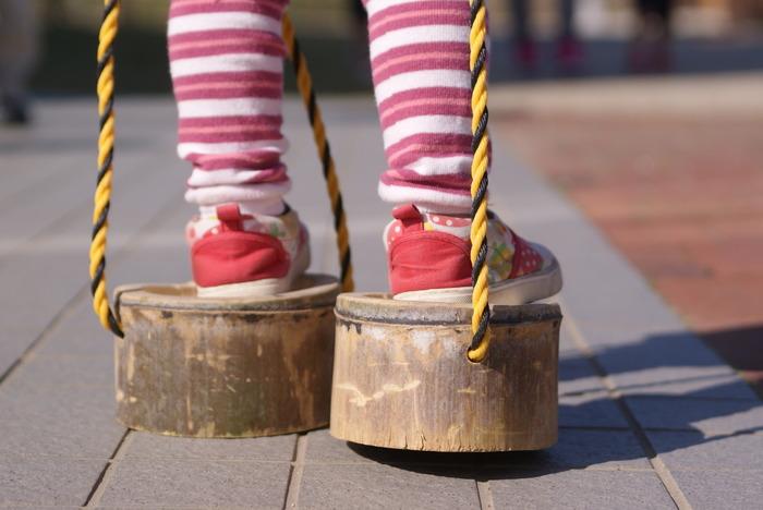 空き缶や竹、時にはただのダンボールだったり、ぽっくりの素材は様々。ただ歩くだけ、と思ったら大間違い!手で足を引き寄せる感覚や、いつもと違う視界から見える風景、不安定な緊張感がドキドキを誘います。  大人がやってもバランス感覚や足指のトレーニングになりますよ。
