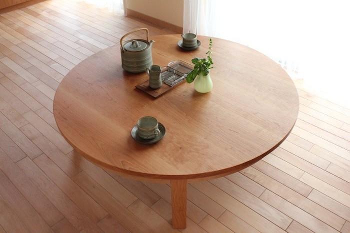 柔らかな印象の丸い座卓。最近ではダイニングテーブルが主流となっていますが、こういうデザインが心地よかったりもします。和室はもちろん、洋室にも良く合う小粋なテーブル。