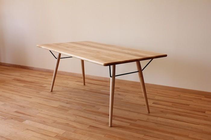 ナチュラルな木目が美しい木のテーブル。補強材として取り入れた金物がアクセントになっています。シンプルなデザインのなかにも、こだわりの詰まったアイテム。