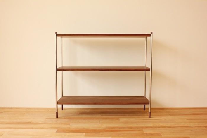 無垢の木×金物のスタイリッシュなシェルフ。本棚や食器棚・・・いろいろな収納に使えそう。何を置こうかイメージが広がります。