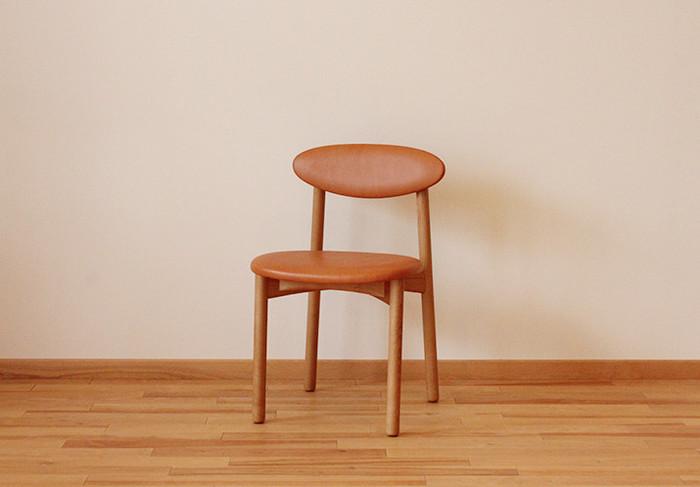 どこかレトロな佇まいのペケチェアは、誰もが座りやすいようにと考えられた椅子です。写真はヌメ革ですが、ファブリックを替えればカジュアルな雰囲気のチェアにすることもできます。自分だけのとっておきの椅子をどうぞ。