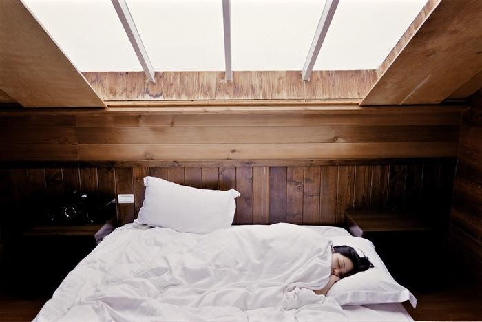 夜は肌が成長する時間。「睡眠のゴールデンタイム」と言われる夜10時~深夜2時の間の睡眠ではなくても、しっかり肌を育てることが可能です。睡眠時に分泌されるヒト成長ホルモンは、肌細胞の生成にも大きく働きかけます。