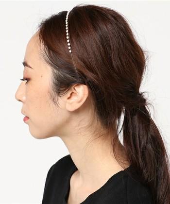 髪の長さ関係なく取り入れられるヘアカチューシャ。 華奢で大人っぽい小さめパールがとっても上品です。
