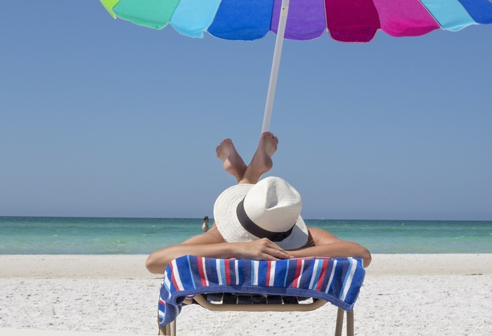 また、紫外線による乾燥や肌ダメージからも肌を守る必要があります。日焼け止めもスキンケアの一つ。面倒と思わず、化粧下地にUVが入っているものを選んで負担なく取り入れましょう。