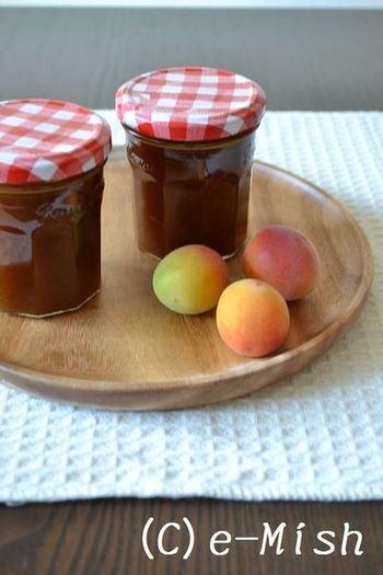 手軽さが嬉しい梅ジャムのレシピです。種を取った梅に砂糖を振って水分を出し、ブレンダーにかけたものを煮詰めるだけ。梅酒などと違い、作ったその日にもう食べられるのが嬉しいですね。