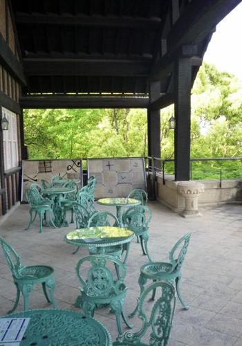 本館2階にある喫茶室にはテラス席があり、素晴らしい自然を眺めることができます。木津川・宇治川・桂川の三つの川を臨む立地にある、ここだけの風景をゆったりと味わいましょう。