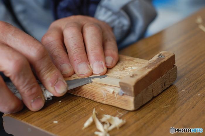 竹を小刀などで削って簡単にできそうに思えますが、その削る角度や左右のバランスで飛び方が全然違ってくるから、実はけっこう難しいんです。
