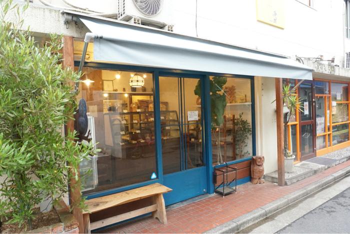 「えんツコ堂 製パン」は、西荻窪駅北口から徒歩7分ほどの、商店街の通りから路地を少し入ったところにあるパン屋さん。可愛らしい青い木枠とフクロウの看板が目印のお店です。
