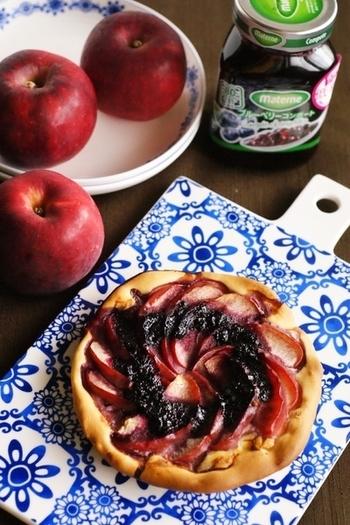 薄切りにしたリンゴを焼いて、ブルーベリーのコンポートをのせています。大人っぽいレシピですがお子さんのいる方にも◎!家族みんなで頬張れるデザートは嬉しいですね。