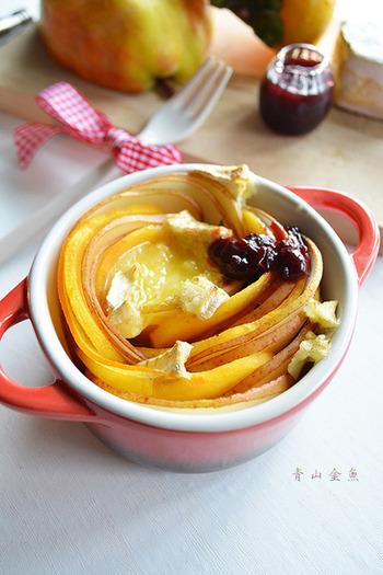洋梨と柿のスライスをココットにつめたらトースターで焼くだけです。おしゃれでワインに合う大人味のおつまみです。