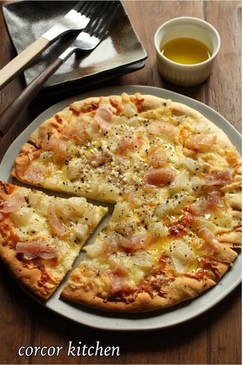 洋ナシと生ハムのピザはシンプルで大人味。ブラックペッパーをピリリと効かせて大人の晩酌スイーツに。