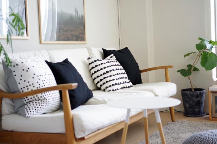 白い壁やソファと相性の良いモノトーンコーデは白の面積が多ければ明るく爽やかな印象に、黒の面積が多ければメンズライクな格好良い印象に。雑貨もインテリアもアイテムが多いので作りやすいコーディネートです。