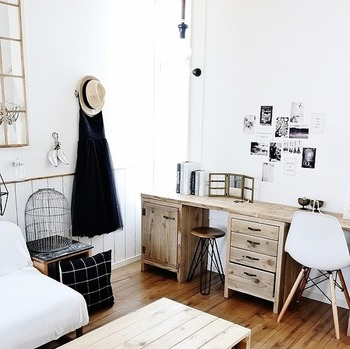 こちらはアイアン雑貨やアンティークな雰囲気の家具を合わせて女性らしい雰囲気のお部屋に仕上がっています。このようにモノトーンで作れるテイストはたくさんあるので、楽しめるカラーコーディネートのひとつです。