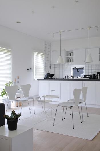 モデルハウスのように素敵なモノトーンコーディネート。白が多くお部屋も広く感じられますね。すっきり爽やかです。