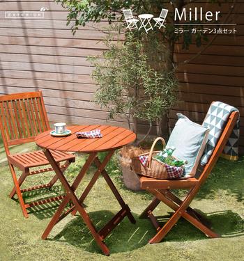 木製のテーブルセットは、置くだけでオープンカフェのようなリッチな雰囲気に◎ クッションなどファブリックとの相性もいいので、組み合わせ次第でどんどんおしゃれになります。