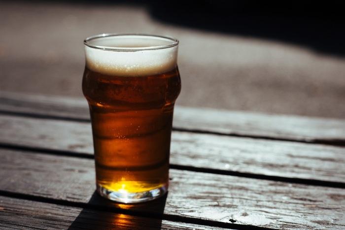 いつものビールも、ベランダマジックにかかればオシャレなバルのテラスでいただくビールに大変身☆星空を見ながら、一人飲みも楽しそう。グラスにもこだわってみましょう。 ビールと一緒にピザをつまめば、オープンカフェ気分。宅配はアツアツのうちに、冷凍ピザは魚焼きグリルでこんがり焼くのがおすすめです。