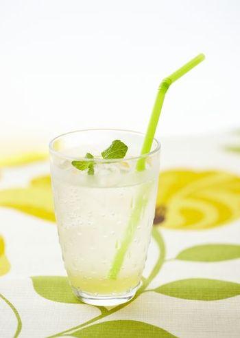 炭酸水にレモンとはちみつを加えた、喫茶店の定番メニューのレモンスカッシュ。みんな大好きな夏のさっぱり炭酸ドリンクです。