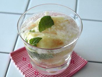 桃に炭酸を入れてミントの葉をのせたシュワシュワデザート。暑い日のおもてなしデザートにもぴったりです。