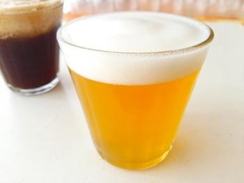 大人のマネが大好きなお子さん向けにこんなビール風の炭酸ジュースはいかがでしょう。粉ゼラチンをふやかしてジュースと一緒に泡立てれば出来上がり。コーラで作れば黒ビール風に。