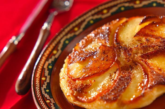 パンケーキにリンゴのスライスとキャラメルをのせてじっくり焼きます。甘くて香ばしいデザートです。