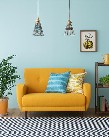 ベースとなる色を決める・家具のテイストや色を揃える・アクセントカラーはベースにした色と同じトーンから選ぶ。これだけで色にまとまりが出てすっきりとしたお部屋に変わります。濃い色目は下に明るい色目は上にとお部屋の縦のグラデーションも意識すると圧迫感のない広い空間づくりに良いですよ。ぜひ、参考にしてみてくださいね!
