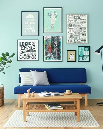 爽やかで涼しげな印象をもたらすブルートーンで統一されたコーディネートは暑い季節にぴったり。ナチュラルカラーの木材の家具でさらに明るい印象に仕上がっています。