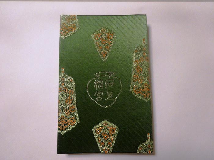 石上神宮の御朱印帳はとってもオシャレです。鮮やかな緑色の表紙に金糸の美しい刺繍が施された御朱印帳は、まるで石上神宮境内を表しているかのようです。