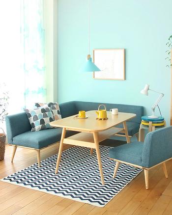 ブルートーンのなかでイエローがアクセントカラーに!違う色なのに、色の明るさや鮮やかさがほぼ同じなのでお揃いのような印象に。空間を上下に分けると上に淡い水色の壁やライトが、下に濃い色の家具があるので空間も広く見えます。