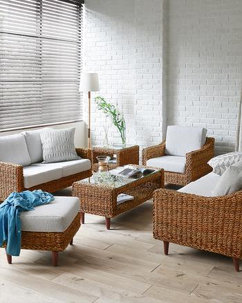インテリアに統一感を持たせるには、家具のテイストや色も揃えたほうがうまくいきます!こちらは白を基調にして、かつソファやテーブルの素材が揃っているので、たくさん家具があってもまとまって見えます。