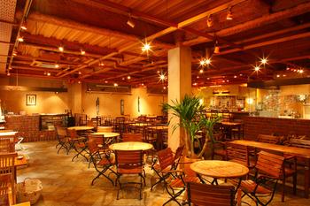 営業時間は11:00~23:30で、奈良駅界隈でも古株の人気カフェです。バリ風のインテリアがちりばめられた店内はゆったりしており、昼はランチやスイーツ、夕方以降も夜カフェやバーとして利用するお客さんで賑わっていますよ。