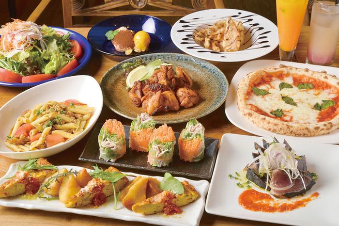 スイーツは常時10種類以上、お食事メニューは一番人気の石釜ピザのほか、パスタやナシゴレン、一品ものなどメニューも豊富です。夜はビールやカクテルも多彩に味わえますよ。