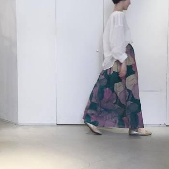 大きな柄のロングスカートには、リネンやガーゼ素材のたっぷりしたブラウスを合わせて涼やかに。