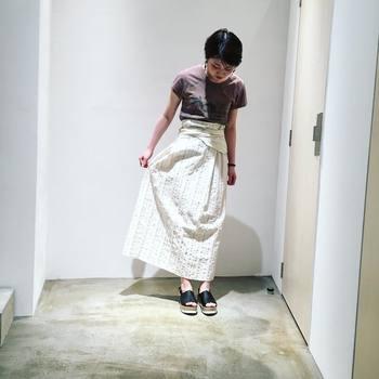 ウエスト部分が凝ったデザインのロングスカートは、ぴったりフィットのTシャツをinして大人な着こなしを楽しみましょう。