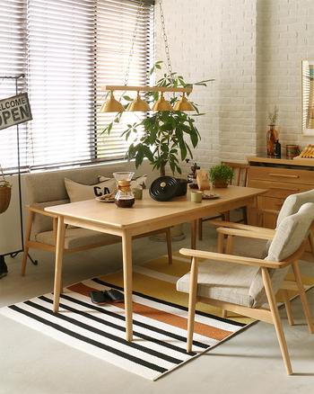 ナチュラルな色の木材の家具にオレンジや黄色を挿し色にして明るいコーディネートに。自然と元気が湧いてくる色合いです。