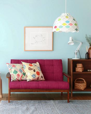 鮮やかなピンクのソファを主役に、落ち着いた濃いめの家具で統一。ソファが淡い水色やグレーなど寒色系の中にあることでぐっと引き立って見えます。