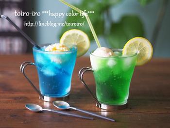 かき氷シロップを炭酸で割り、市販のバニラアイスをのせて簡単に作れるクリームソーダ。きれいな色に子どもたちも大喜びの夏レシピです。