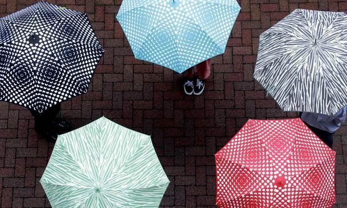 雨空の下、パッと花が咲いたような「フラワーパワーアンブレラ」と竹がモチーフで涼やかな印象の「バンブーアンブレラ」。デンマークのデザイナー、リズベット・フリースとヘニング・コペルによりデザインされました。