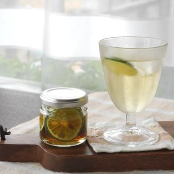 炭酸水に市販のリンゴ酢、はちみつ、すだちの輪切りを加えたビネガーウォーター。甘さと酸味のバランスが程よく、すだちの香りでリフレッシュできるソーダです。