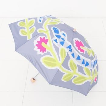 同じデザインで折りたたみ傘もあります。こちらはトカゲ柄。色鮮やかで、雨の日の憂鬱な気分を吹き飛ばしてくれそうですね。