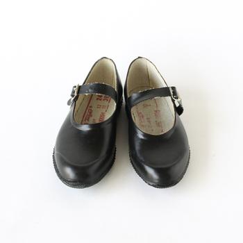 クラシカルな雰囲気のストラップシューズ。元は農業用として作られ始めたので、機能性・耐久性はバッチリ。靴底は滑り止めが付いているのも安心。