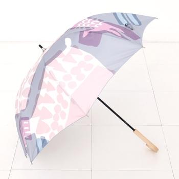 ちょっとめずらしいオカピ柄の傘。幾何学模様のオカピは、北欧っぽい雰囲気。淡いトーンもきれいですね。