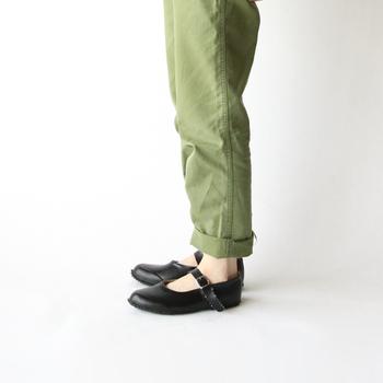 スカートはもちろん、パンツに合わせてもかわいいですね。内側がコットン地になっているので蒸れにくく、素足ではいてもOK♪