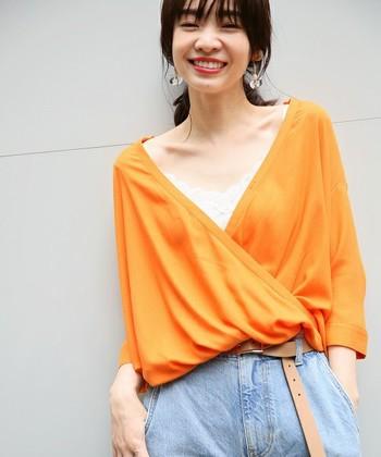きれいなオレンジが目を惹くカットソー。大きく開いた襟ぐりがちょっぴり気になる時は、インナーにレースキャミソールを重ねて◎可愛らしさがプラスされ、開いた襟元も気にならなくなりますよ。